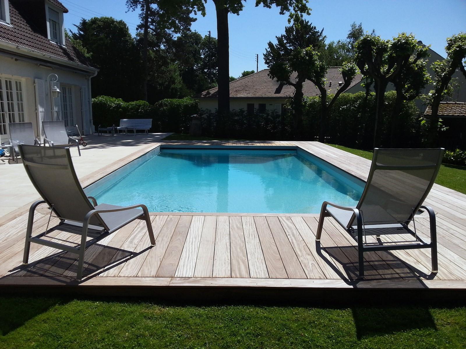 Terrasse en afrormosia autour d 39 une piscine au v sinet for Beton autour d une piscine
